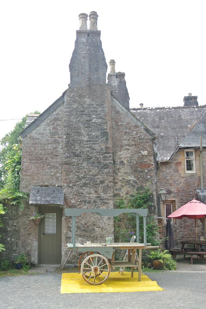 キッチンのある校舎の母屋は、およそ400年前の建物をリノベーションして活用しています。雰囲気満点!