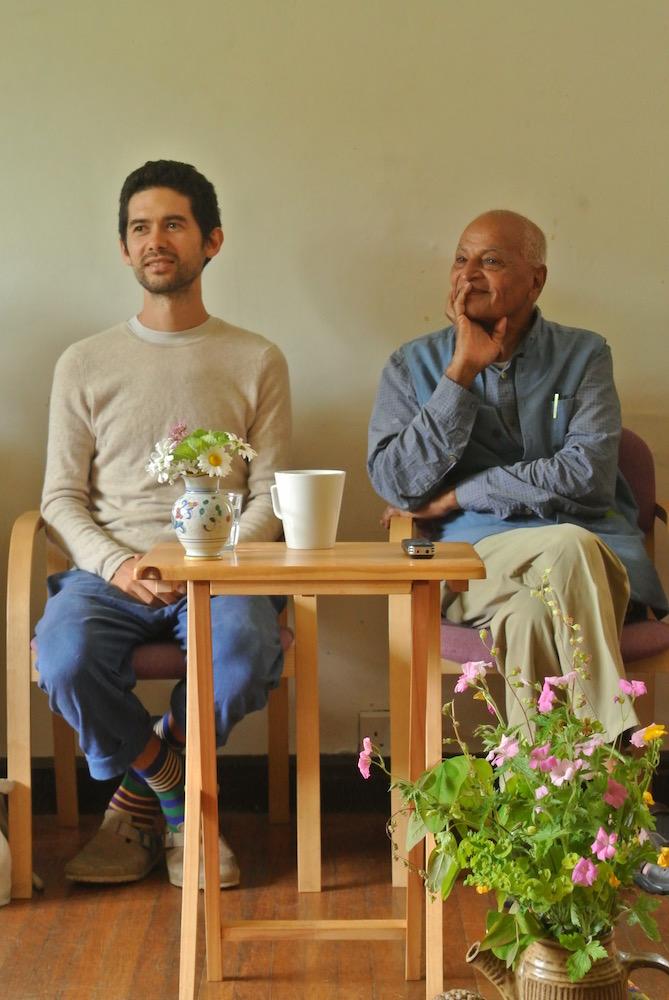 共生革命家でTUP(東京アーバンパーマカルチャー)主宰のソーヤー海さん(左)とサティシュ。